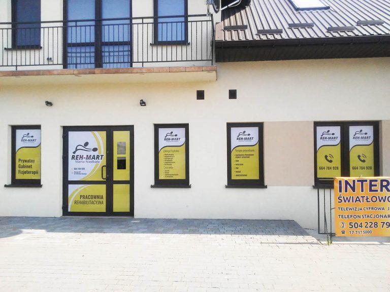 Agencja Reklamowa DKAmedia - Oferta Reklama - Oklejanie niestandardowych projektów - projekt oraz oklejenie okien oraz drzwi dla Reh-Mart Pracownia Rehabilitacyjna Marta Niedbała w Nowej Sarzynie