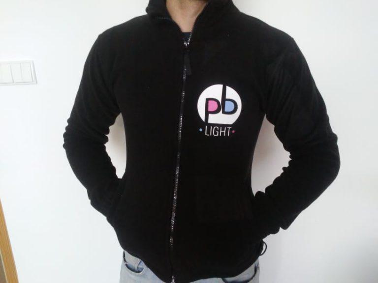 Agencja Reklamowa DKAmedia - Grafika – projekty koszulek - projekt oraz wydruk polarów reklamowych dla firmy PB Light z Żołyni