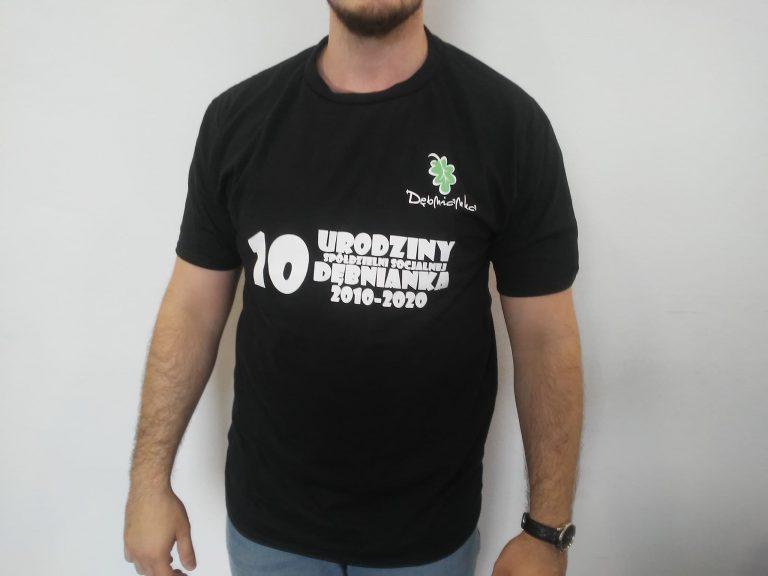 Agencja Reklamowa DKAmedia - Grafika – projekty koszulek - projekt oraz wydruk koszulek reklamowych dla firmy Restauracja Dębnianka z Leżajska