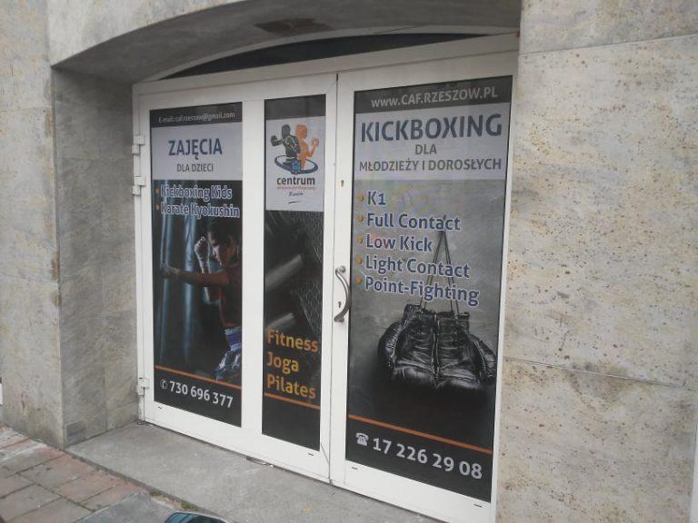 Agencja Reklamowa DKAmedia - Oferta Reklama - Oklejanie niestandardowych projektów - projekt oraz oklejenie okien dla firmy Centrum Aktywności Fizycznej z Rzeszowa