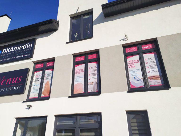 Agencja Reklamowa DKAmedia - Oferta Reklama - Oklejanie niestandardowych projektów - projekt oraz oklejenie okien dla firmy Venus Maria Polit w Leżajsku