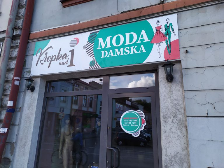 Agencja Reklamowa DKAmedia - Oferta Drukarnia - Tablice zewnętrzne - projekt oraz wydruk tablicy w technologi solwent na kompozycie dla firmy Kropka nad i w Leżajsku